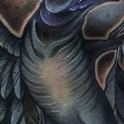 Татуировка мужская нью-скул на груди синяя ворона