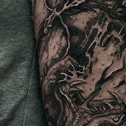 Татуировка мужская black&grey на руке скелет самурая и змея