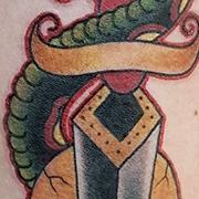 Татуировка мужская нью скул на предплечье змея
