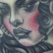 Татуировка женская нью скул на лопатке девушка