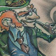 Татуировка мужская нью скул на лопатке леприкон