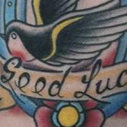 Татуировка женская олд скул на предплечье птицы