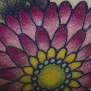 Татуировка женская олд скул на бицепсе цветы