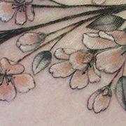 Татуировка женская реализм на груди цветы