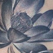 Татуировка женская реализм на ноге цветы