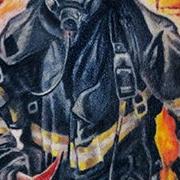 Татуировка мужская реализм на плече пожарный
