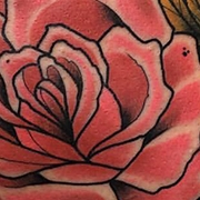 Татуировка женская нью скул на бедре розы
