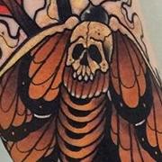 Татуировка мужская нью скул на предплечье мотылек и стрелы