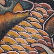 Татуировка женская япония на бедре рыба