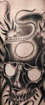 Татуировка мужская графика на икре череп