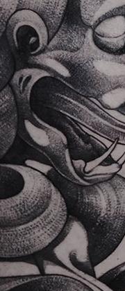 Татуировка мужская графика на бедре демон