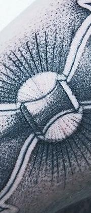 Татуировка мужская графика на предплечье песочные часы