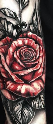 Татуировка женская графика на руке розы