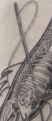 Татуировка мужская графика на предплечье рыбы