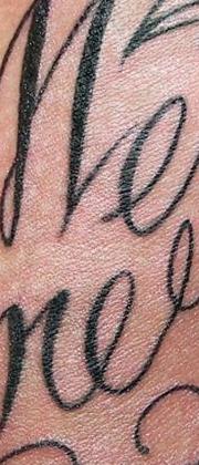 Татуировка мужская каллиграфия на шее надпись