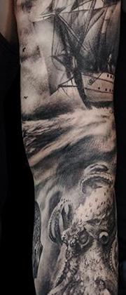 Татуировка мужская реализм на руке корабль