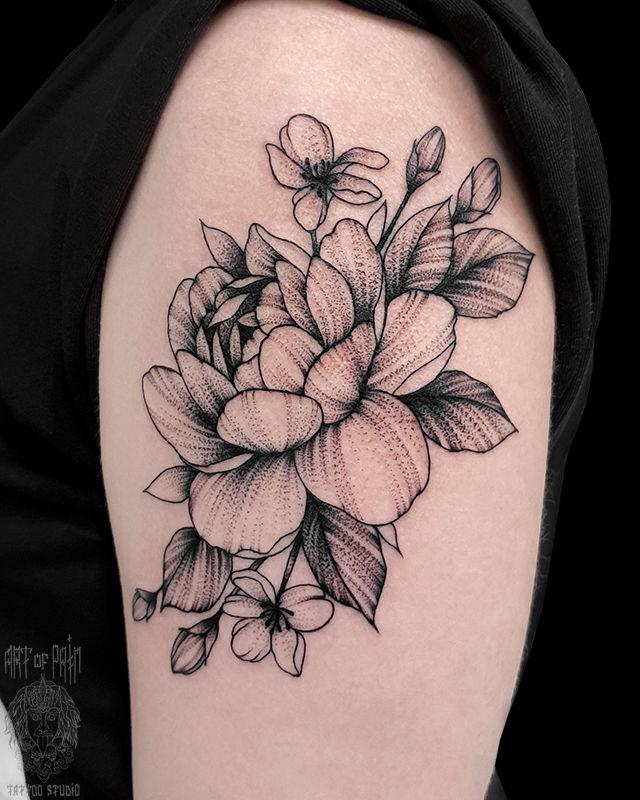 Татуировка женская графика на плече крупный цветок – Мастер тату: Юлия Линту