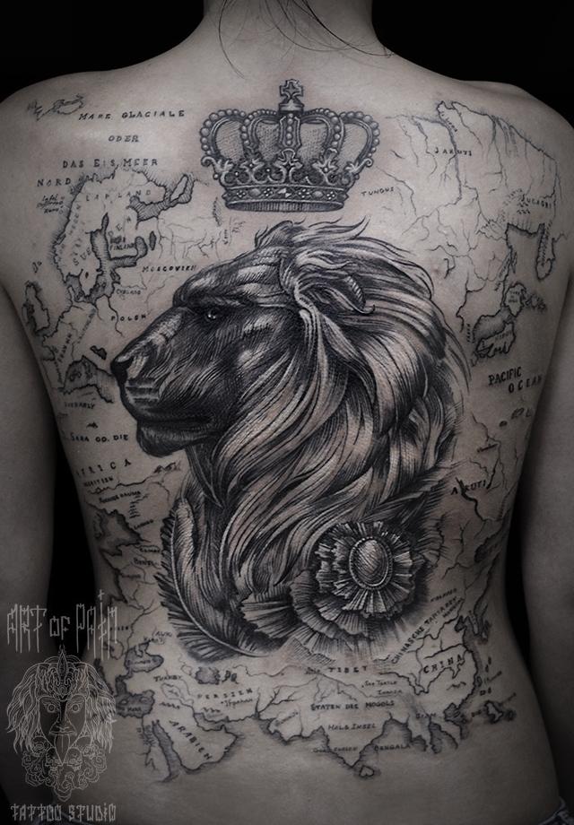 Татуировка женская black&grey на спине лев и карта – Мастер тату: Слава Tech Lunatic