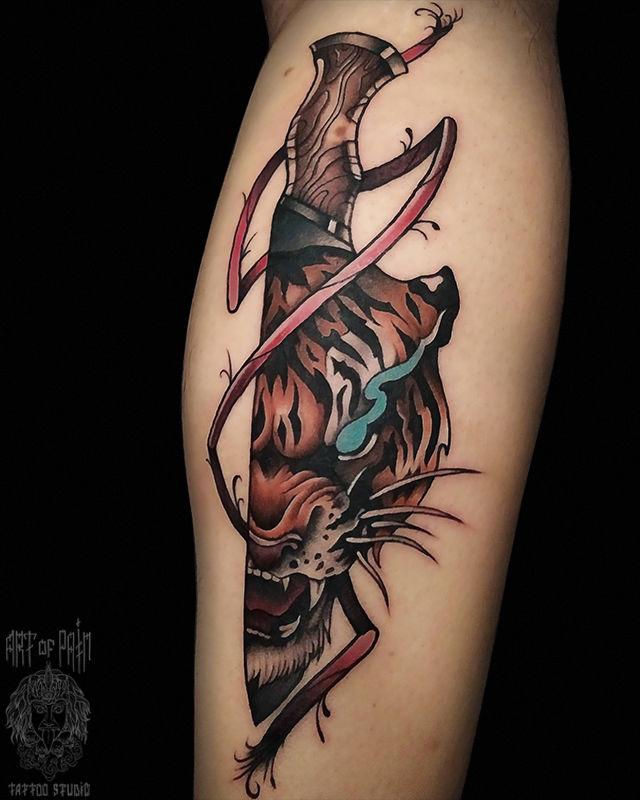 Татуировка мужская нью-скул на голени тигр и нож – Мастер тату: