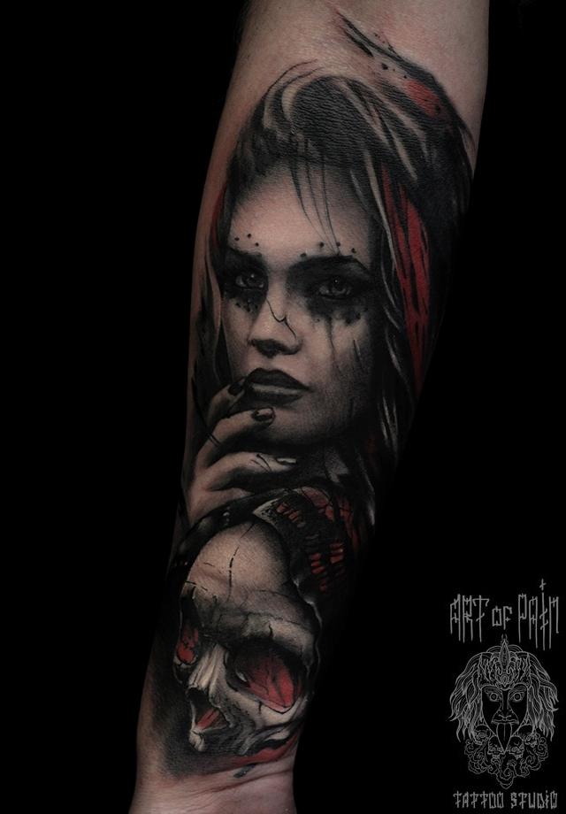 Татуировка мужская хоррор на предплечье девушка и череп – Мастер тату: Слава Tech Lunatic