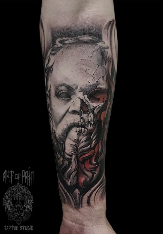 Татуировка мужская хоррор на предплечье Сократ – Мастер тату: Слава Tech Lunatic