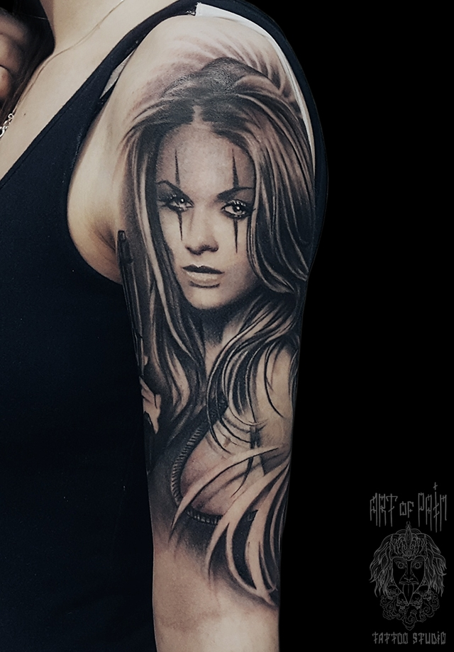 Татуировка женская реализм на плече девушка с пистолетом – Мастер тату: Слава Tech Lunatic