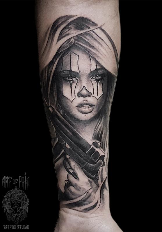 Татуировка мужская чикано на предплечье девушка-клоун с пистолетом в руках – Мастер тату: Слава Tech Lunatic