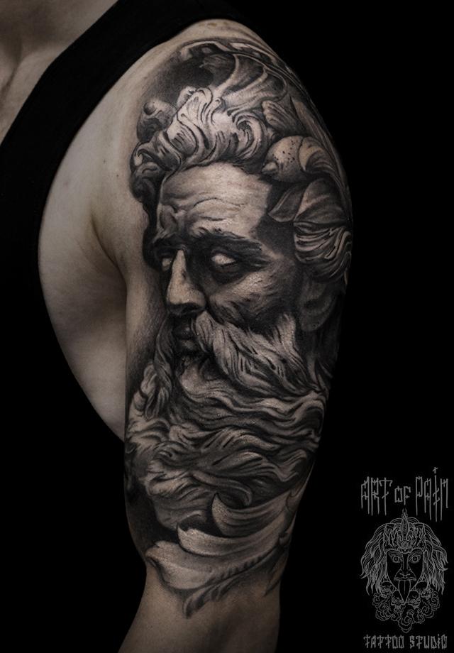 Татуировка мужская black&grey на плече морской бог - Посейдон – Мастер тату: Слава Tech Lunatic