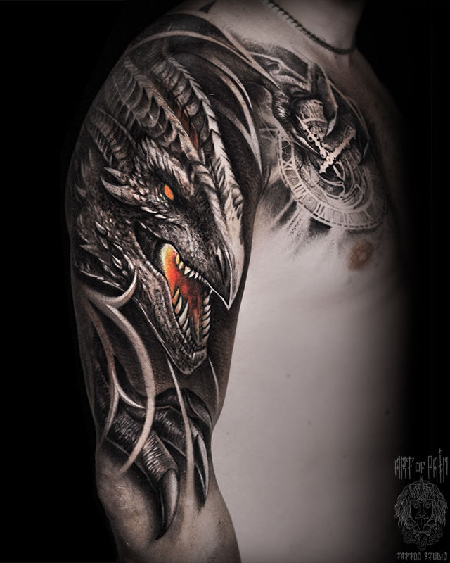 Татуировка мужская фентези на плече дракон и часы – Мастер тату: Слава Tech Lunatic