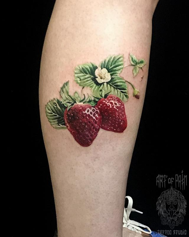 Татуировка женская реализм на голени клубника – Мастер тату: