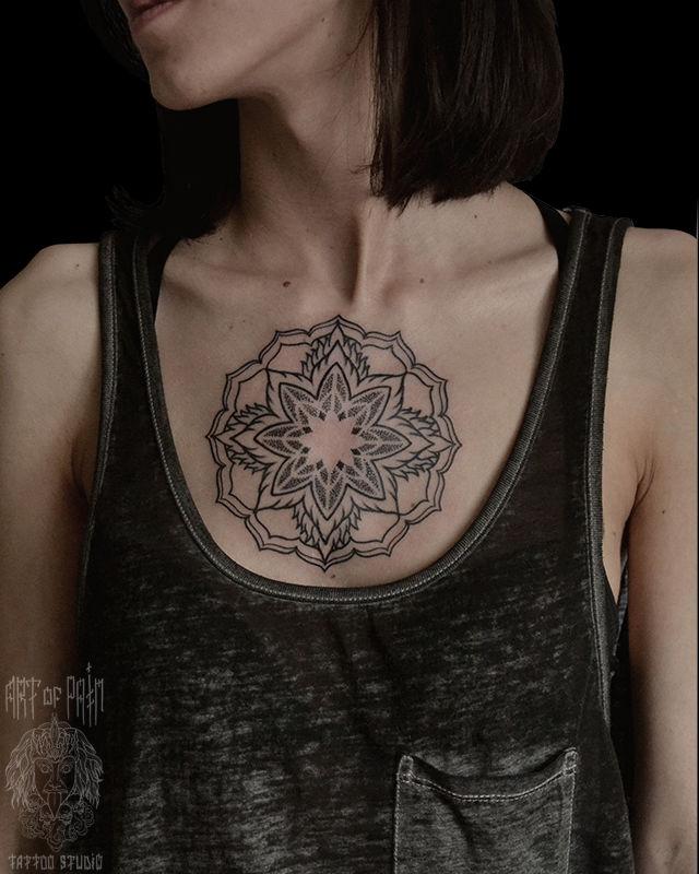 Татуировка женская графика на груди мандала – Мастер тату: Надежда Полякова