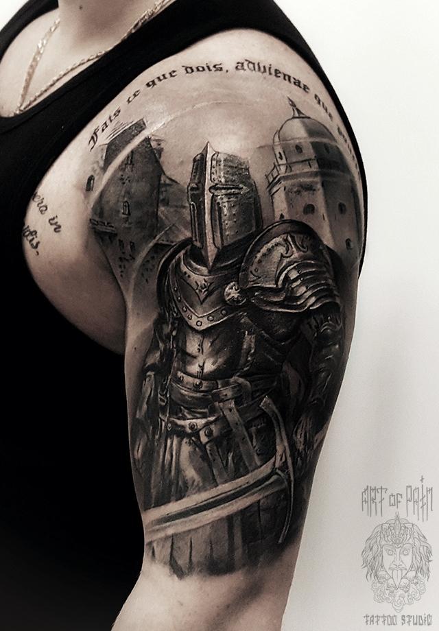 Татуировка мужская black&grey на плече рыцарь – Мастер тату: Слава Tech Lunatic
