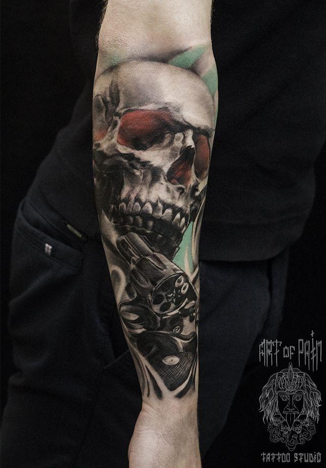 Татуировка мужская Black&Grey на предплечье череп и револьвер – Мастер тату: Слава Tech Lunatic