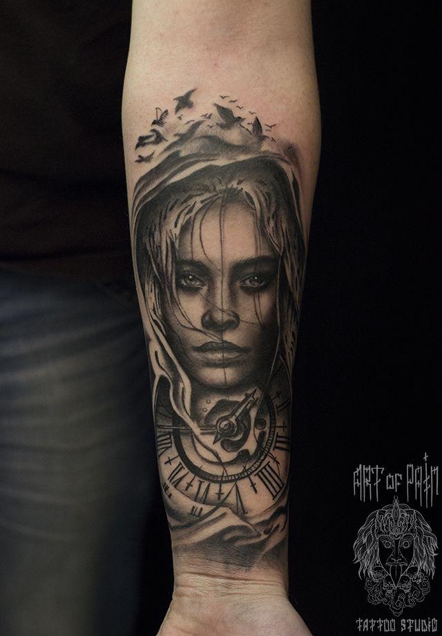 Татуировка мужская Black&Grey на предплечье девушка и часы – Мастер тату: Слава Tech Lunatic