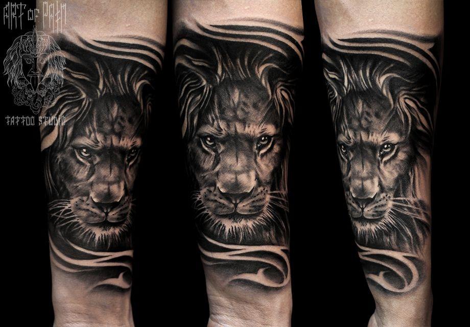 Татуировка мужская Black&Grey на предплечье таящийся лев – Мастер тату: Слава Tech Lunatic
