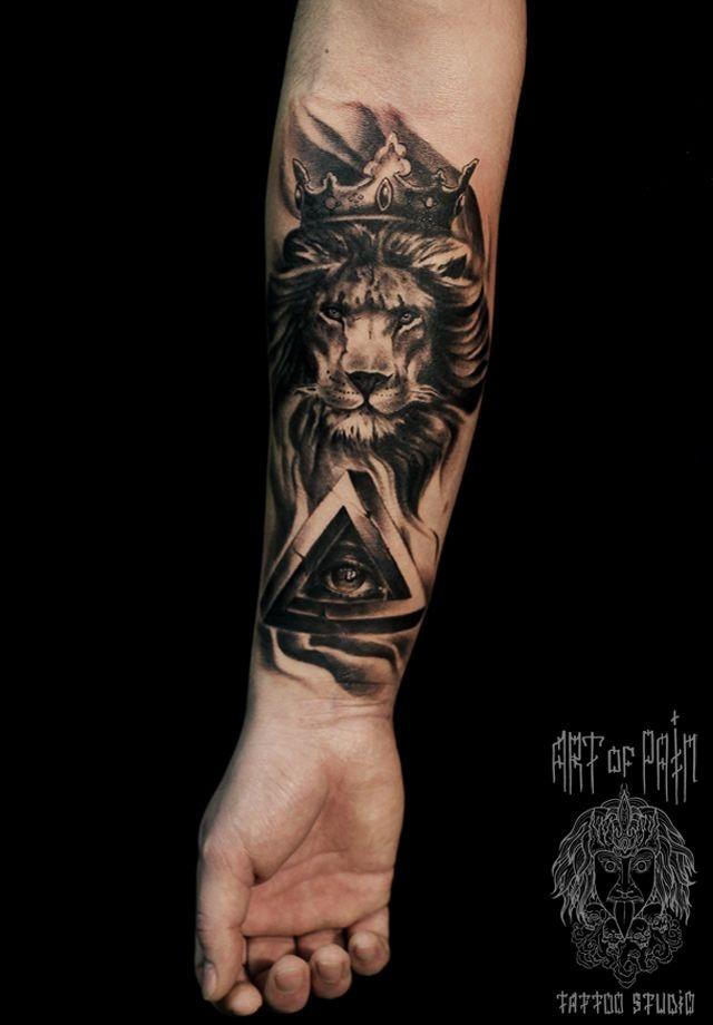 Татуировка мужская Black&Grey на предплечье лев в короне – Мастер тату: Слава Tech Lunatic