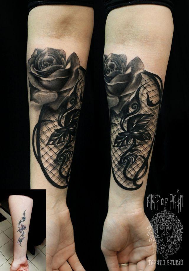 Татуировка женская Black&Grey на предплечье роза на сетке CoverUp – Мастер тату: Слава Tech Lunatic