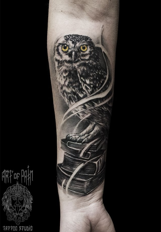 Татуировка мужская Black&Grey на предплечье сова и книги – Мастер тату: Слава Tech Lunatic