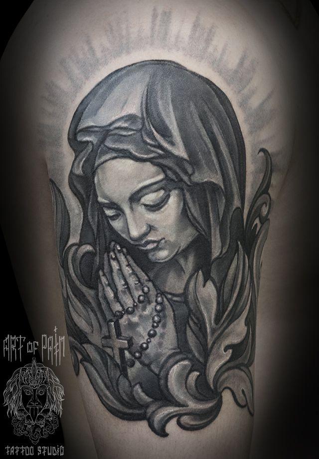 Татуировка мужская чикано на плече Мадонна и растительный узор – Мастер тату: