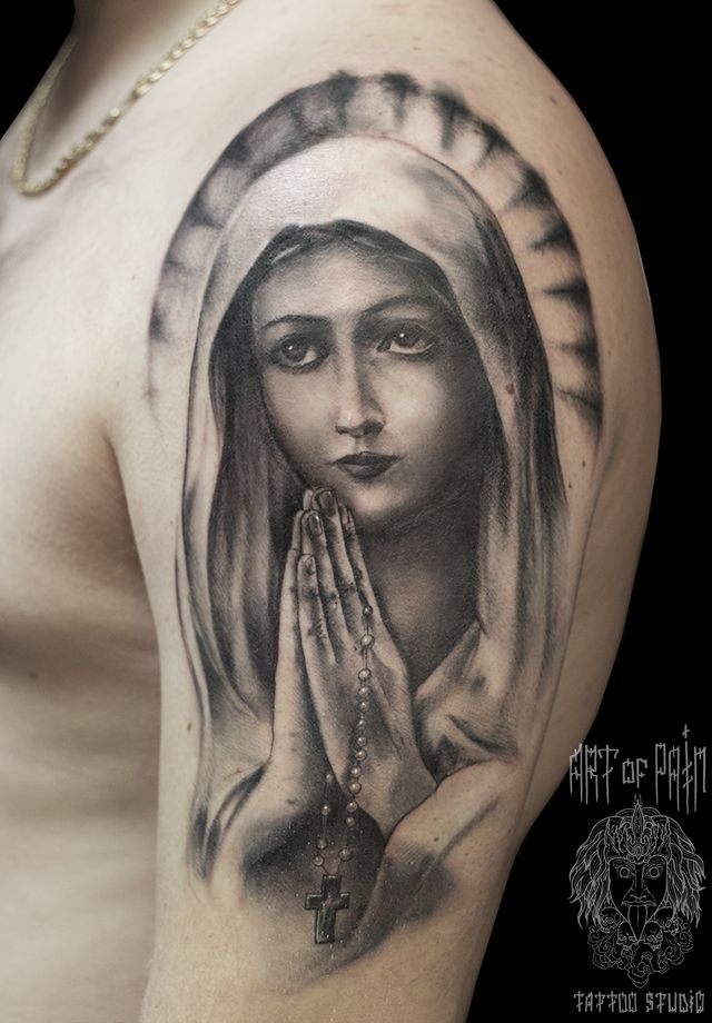 Татуировка мужская чикано на плече Мадонна и чётки – Мастер тату: Слава Tech Lunatic