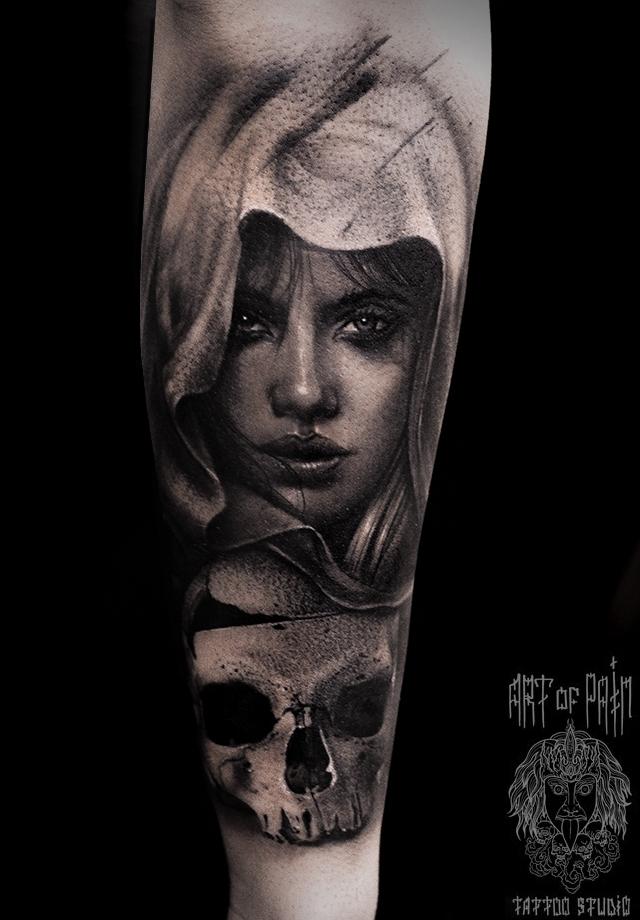 Татуировка мужская black&grey на предплечье лицо девушки и череп – Мастер тату: Слава Tech Lunatic