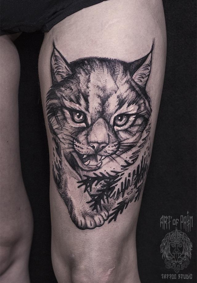Татуировка женская black&grey на бедре рысь – Мастер тату: Елизавета Останина
