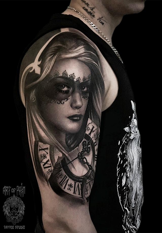 Татуировка мужская black&grey на плече девушка и часы – Мастер тату: Слава Tech Lunatic