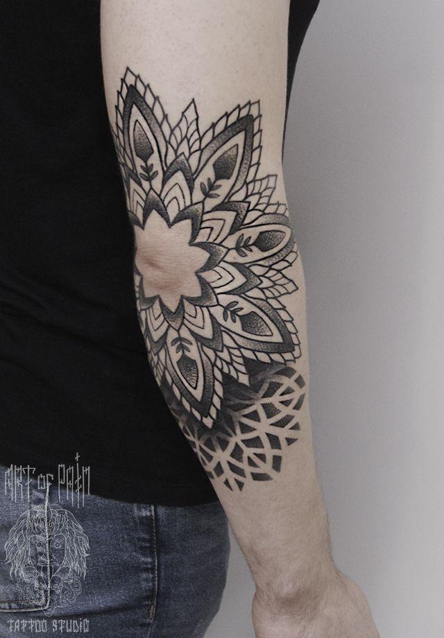 Татуировка женскаямужская графика на локте мандала – Мастер тату: