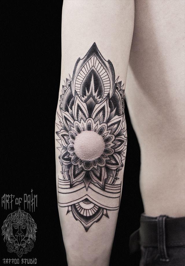 Татуировка мужская графика на локте мандала – Мастер тату: