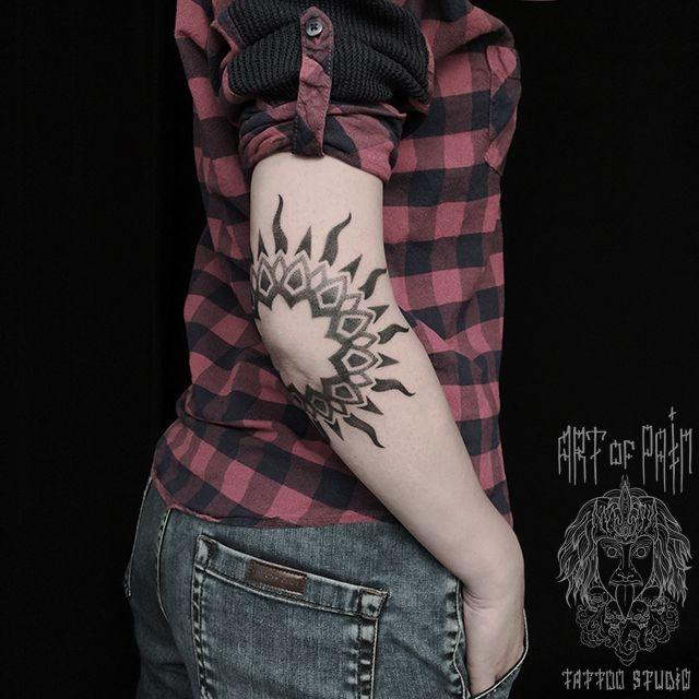Татуировка женская графика на локте мандала – Мастер тату:
