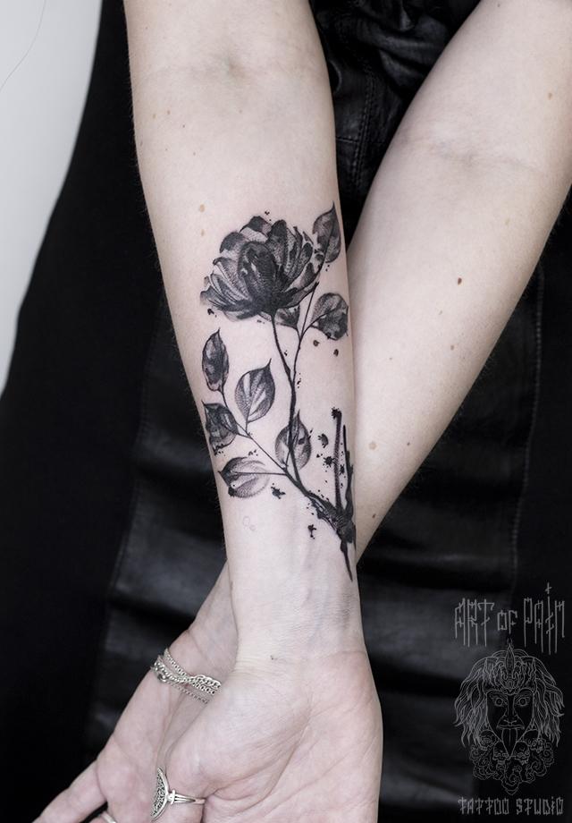 Татуировка женская графика на предплечье веточка с цветком – Мастер тату: Полина Любимова