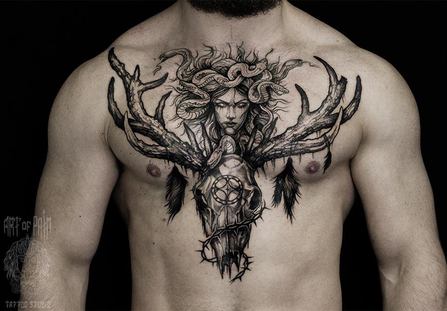Татуировка мужская black&grey на груди Горгона Медуза и череп – Мастер тату: Елизавета Останина