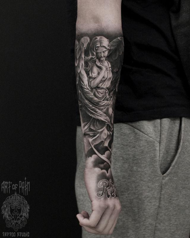 Татуировка мужская реализм на предплечье ангел и надпись – Мастер тату: