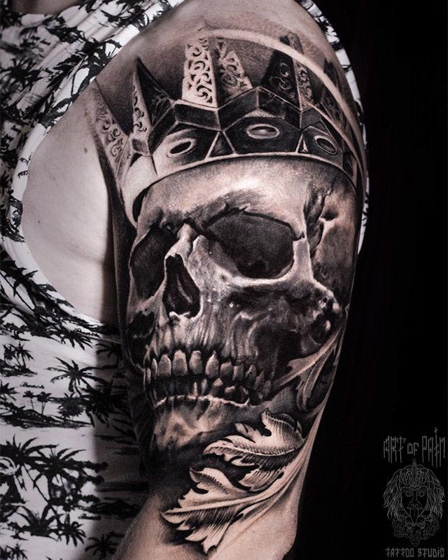 Татуировка мужская реализм на плече череп в короне – Мастер тату: Слава Tech Lunatic